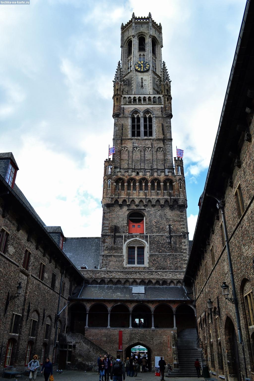 Вид на башню Беффруа со стороны двора в Брюгге - Бельгия - фото 1fe23115cc655