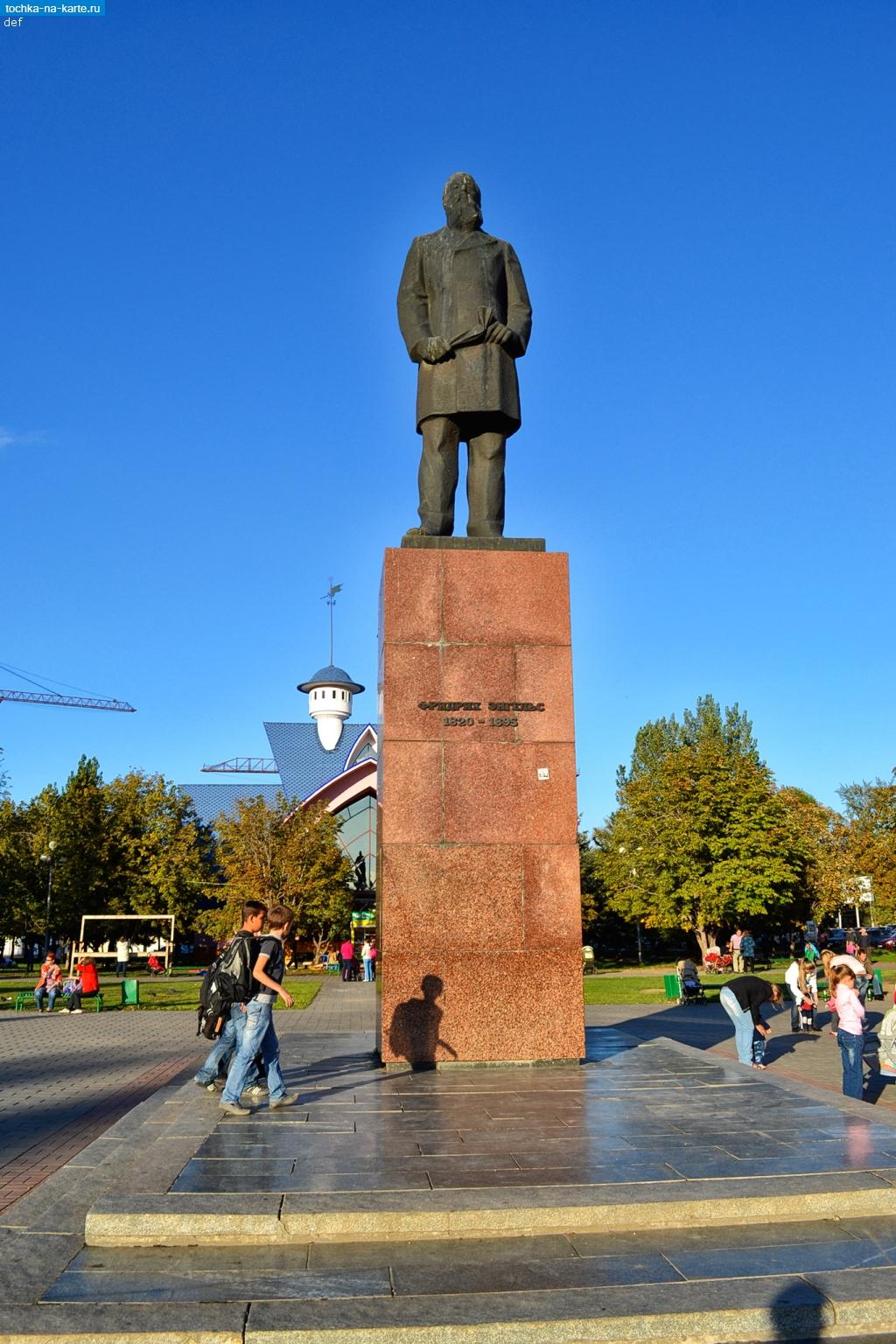 Памятник с сердцем Энгельс Ваза. Габбро-диабаз Минусинск